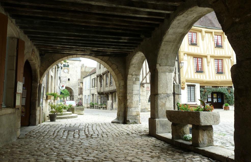 Sous les arcades de la grande place de Noyers-sur-Serein.