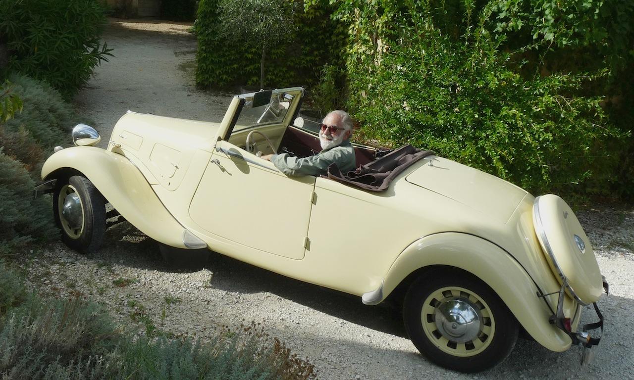 Georges Antoun propriétaire du doamine des Peyre dans sa traction cabriolet