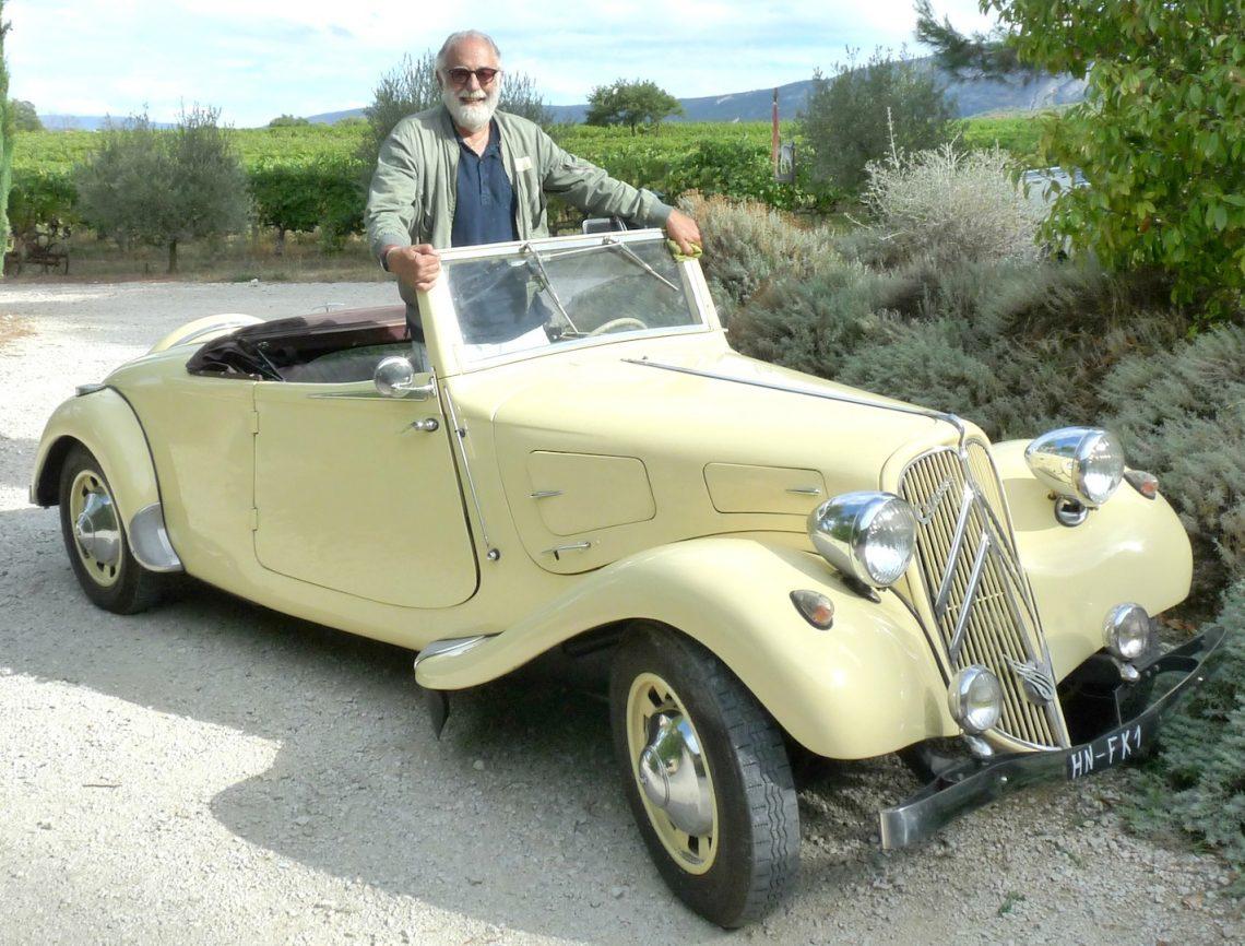 Georges Antoun propriétaire du domaine des Peyre dans sa traction cabriolet