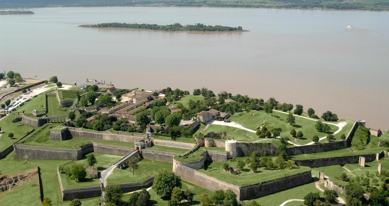 La citadelle de Blaye construite au bord de la Gironde par Vauban pour bloquer l'accès à Bordeaux.