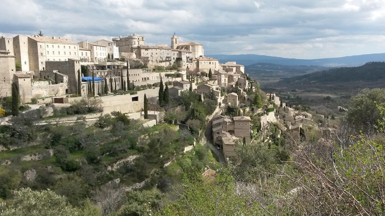 Gordes en haut de son éperon rocheux dominé par le château.