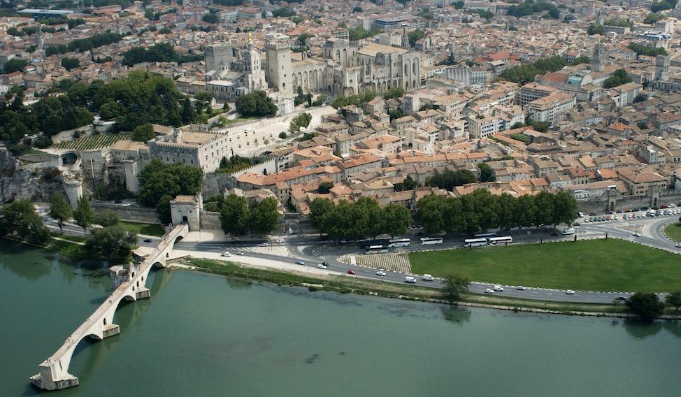 Vue aérienne d'Avignon avec le pont, le ....... et le palais des Pâpes (Photo JP Campomar)