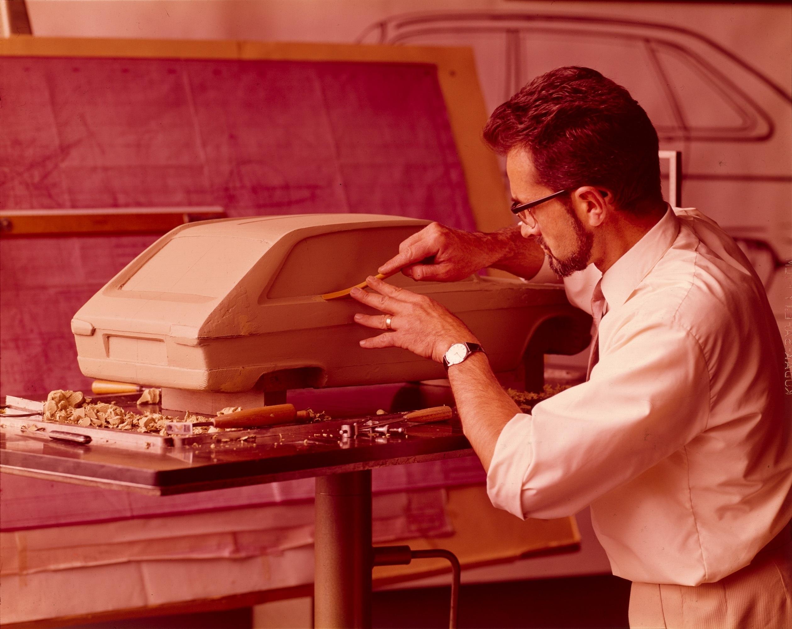 Le styliste Gaston Juchet réalise la maquette de la future R 16