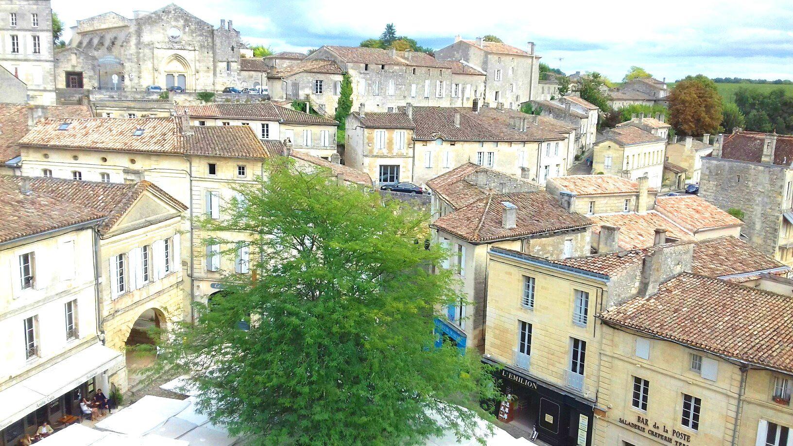 Vue depuis le clocher vers la chapelle des au dessus de la place du marché.