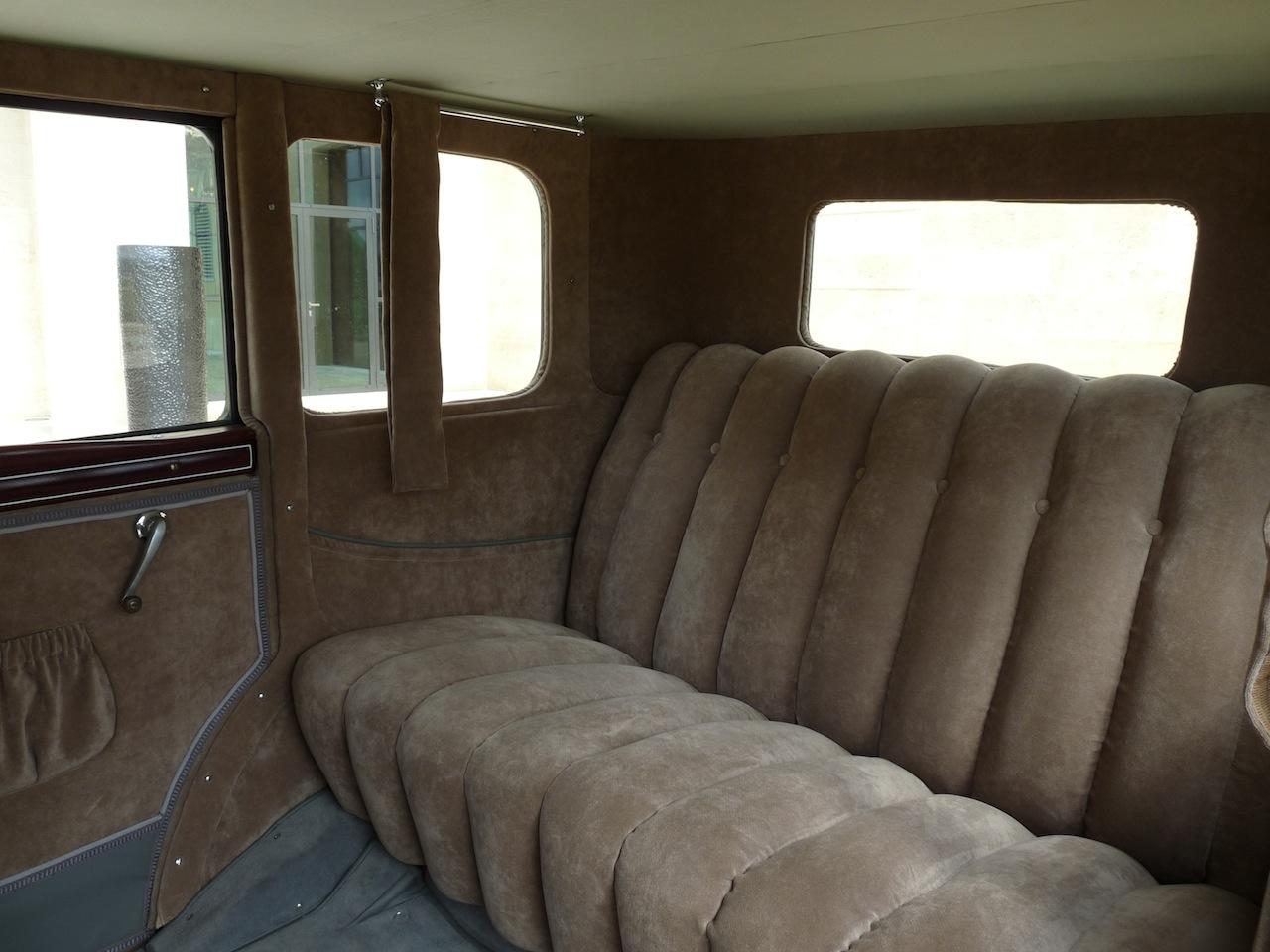 Un véritable intérieur de carrosse avec sa banquette où l'on s'enfonçait comme dans un divan moelleux.
