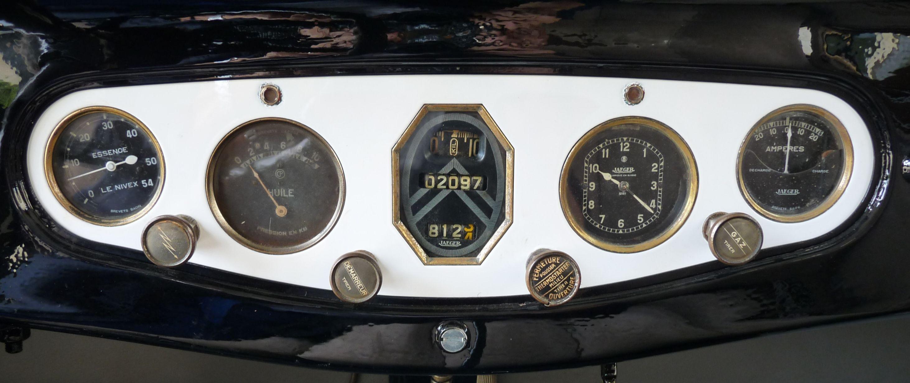 Observez bien le compteur kilométrique à zéro : les chiffres tournent ensuite dans une petite lucarne, comme sur les GS ou les CX 50 ans plus tard.