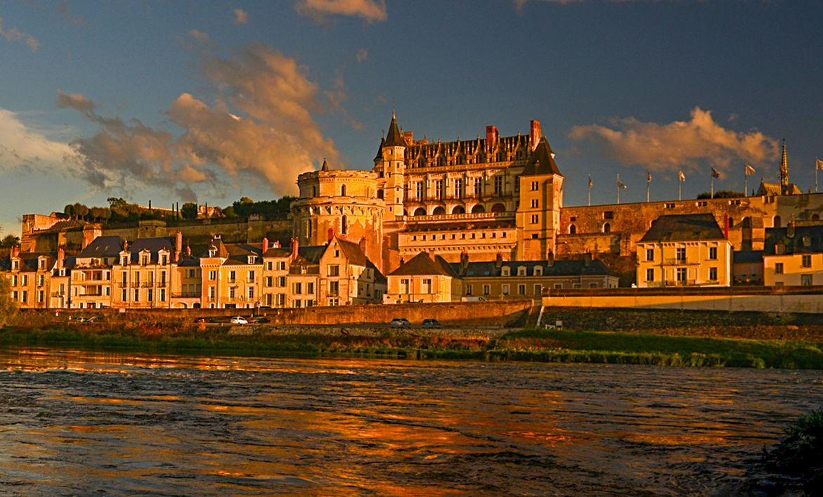 Le château royal d'Amboise embrasé par le soleil couchant (photo Leonard de Serres)