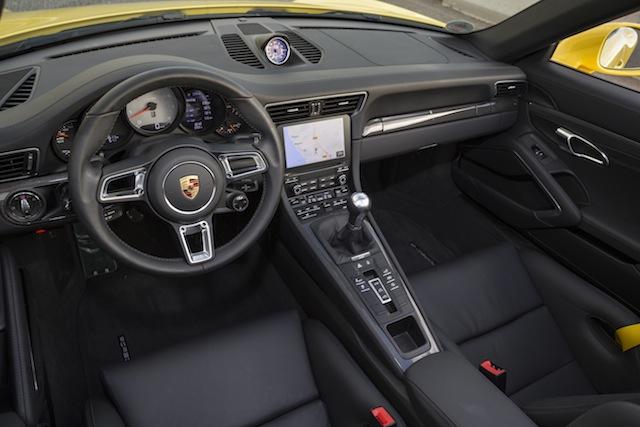 Porsche 911 Carrera 4 S et sa planche de bord sport et high tech