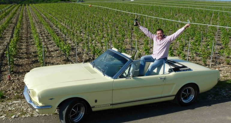 Une Ford Mustang GT dans le champagne