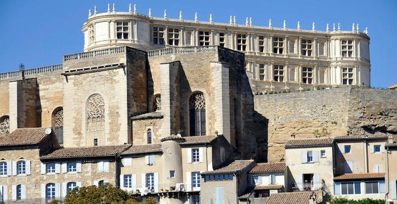 Le château de Grignan et sa curieuse terrasse sur l'église St...