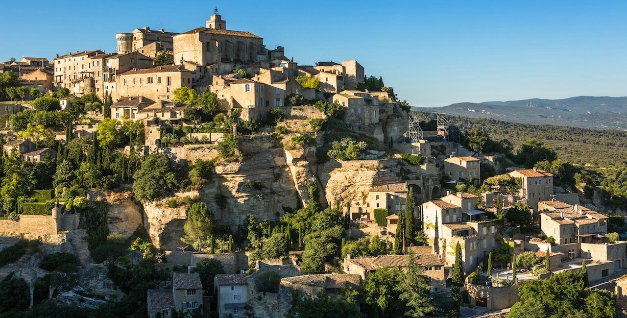 Le village de Gordes couronné de son château (Ph.Giraud)