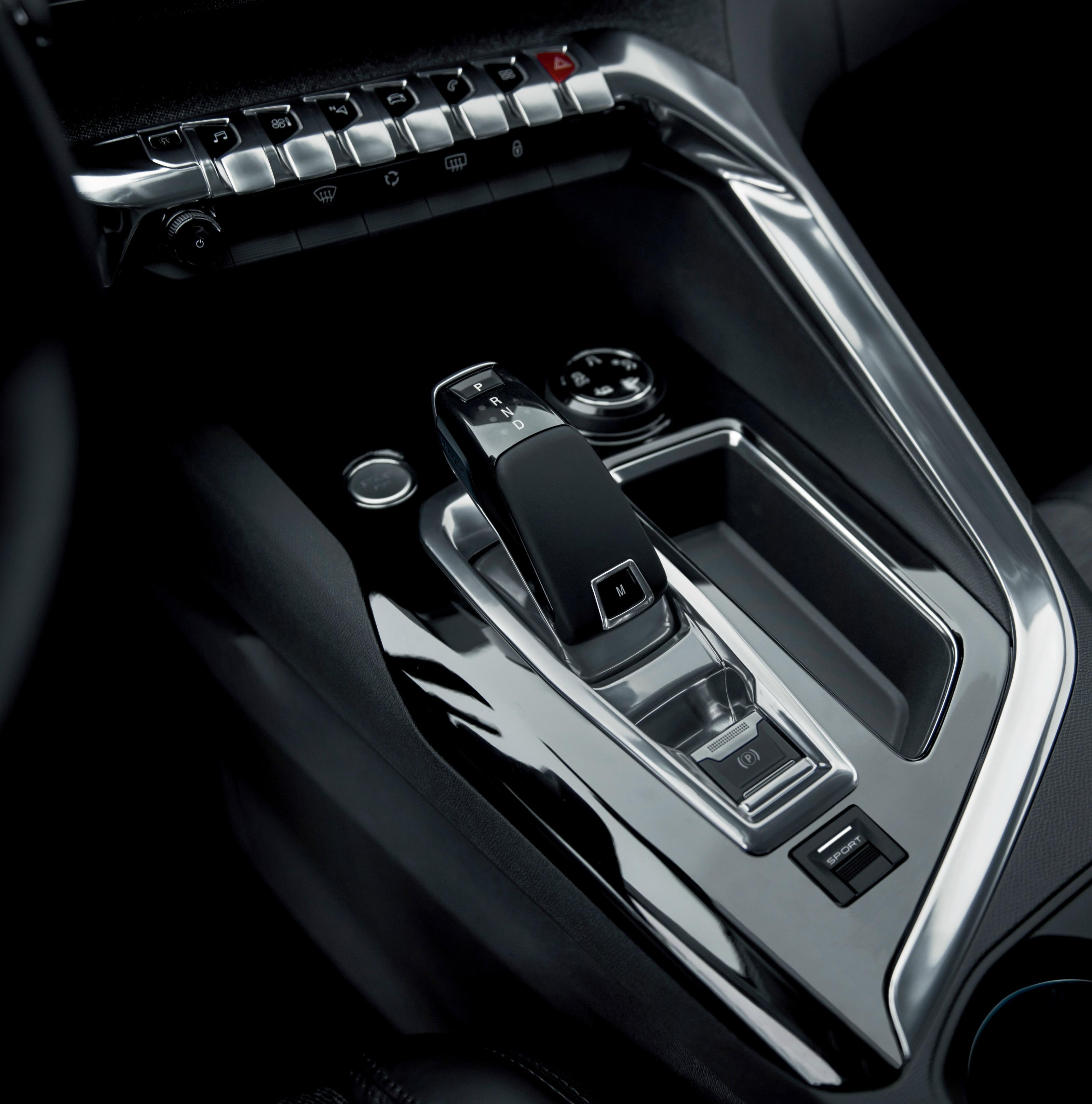 Le poste de commandes de la planche de bord futuriste est un bel objet de design et très ergonomique.