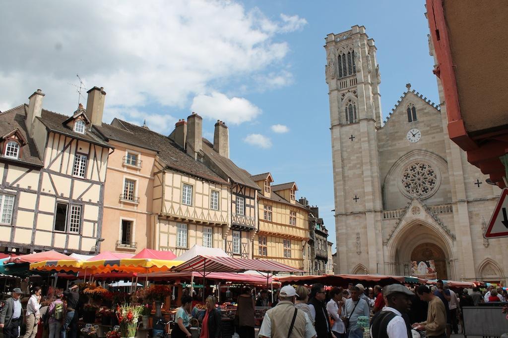 Jour de marché sur la vieille grand place de Chalon sur Saône