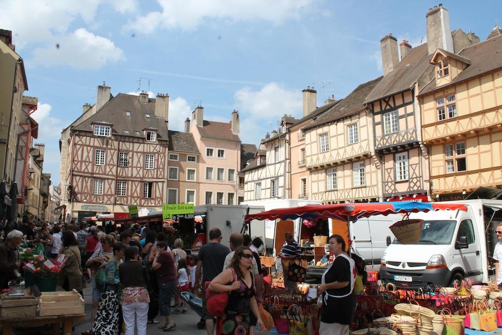 Jour de marché à Chalon sur Saône sur la vieille place de la cathédrale St Vincent