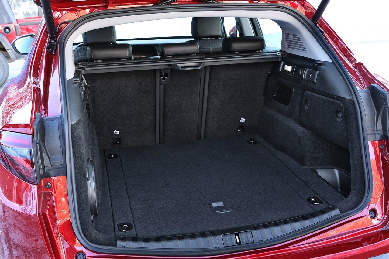 Un grand coffre de 525 litres avec la batterie sous le plancher au lieu d'une roue de secours !