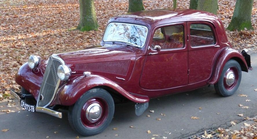 """Une """"Light Twelve"""" 1952 à toit ouvrant dans sa couleur d'origine d'origine """"rouge royal""""."""