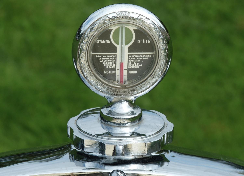 Depuis le volant, le conducteur pouvait lire au bout du capot les indications de température d'eau sur le bouchon-thermomètre du radiateur !