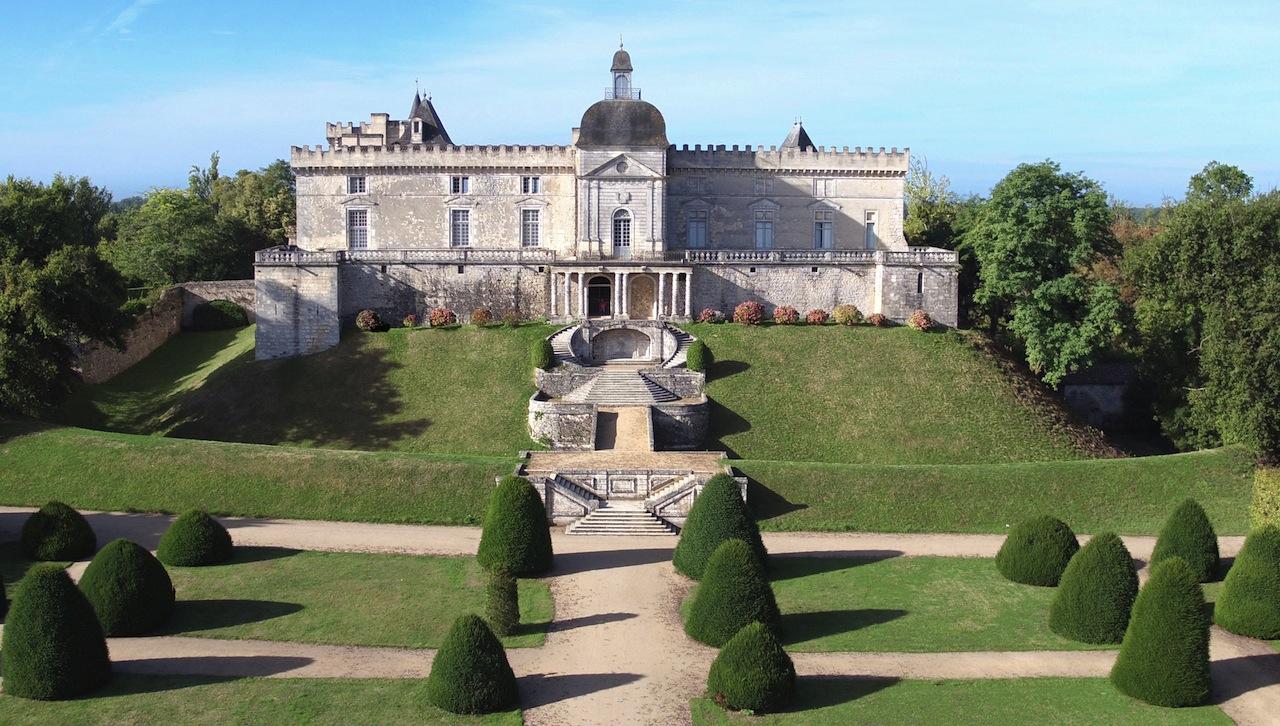 Le parc en terrasses du château de Vayres qui domine la Dordogne.