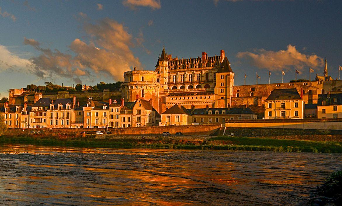 Le château royal d'Amboise embrasé par le soleil couchant (photo Leonard de Serres)
