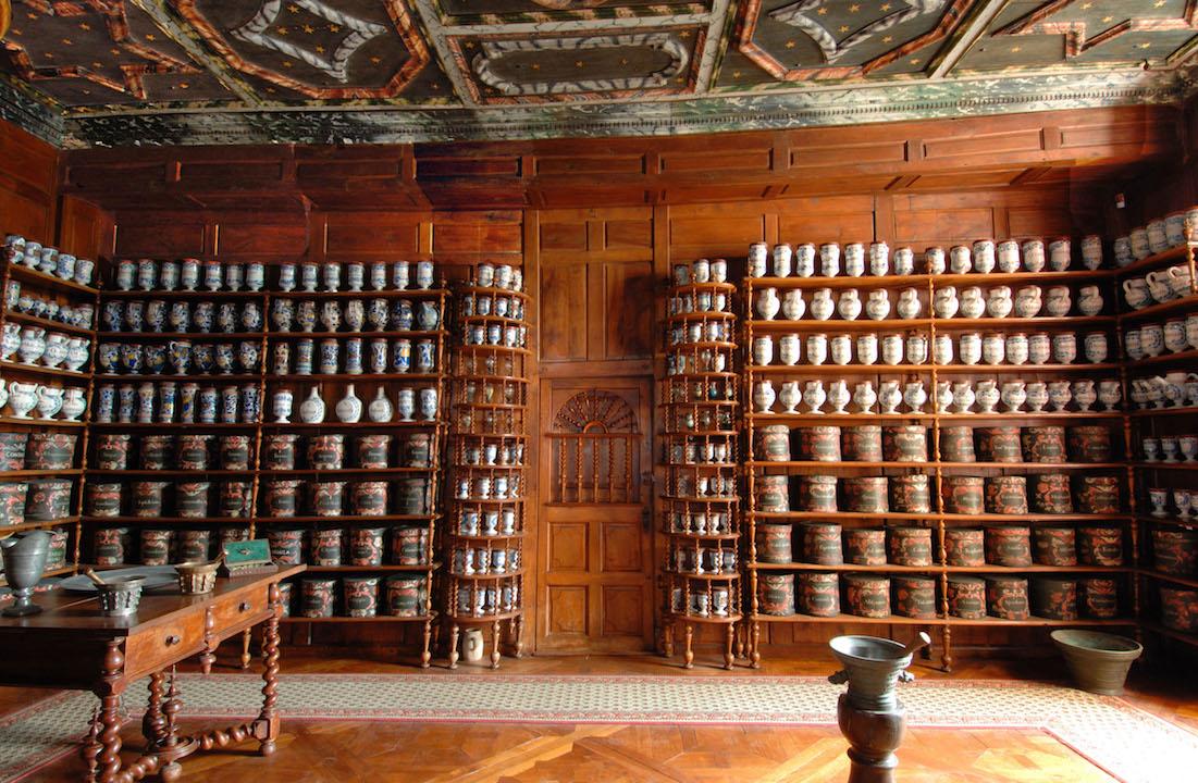 L'apothicairerie de Baugé -sur- Loir et ses 650 pots de faïence (Photo L.Massilon)