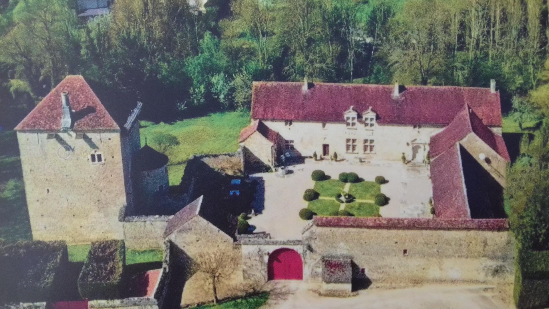 Le château de Soussey-sur-Brionne et son donjon du XIIIème.