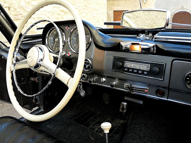 Une Mercedes 190 SL et son tableau de bord