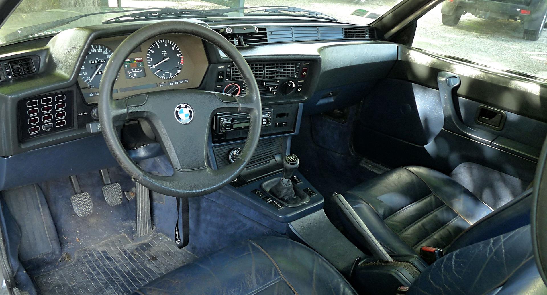 Une BMW 635 CSI dans les vignes de Margaux